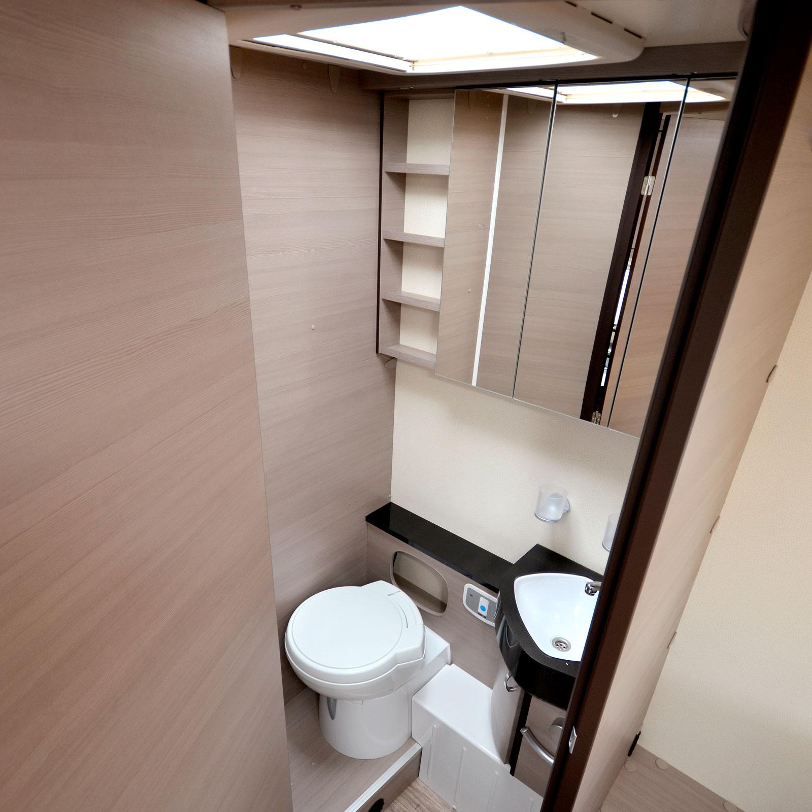 WC. Toadörren skiljer av mot sovrummet i öppet läge.