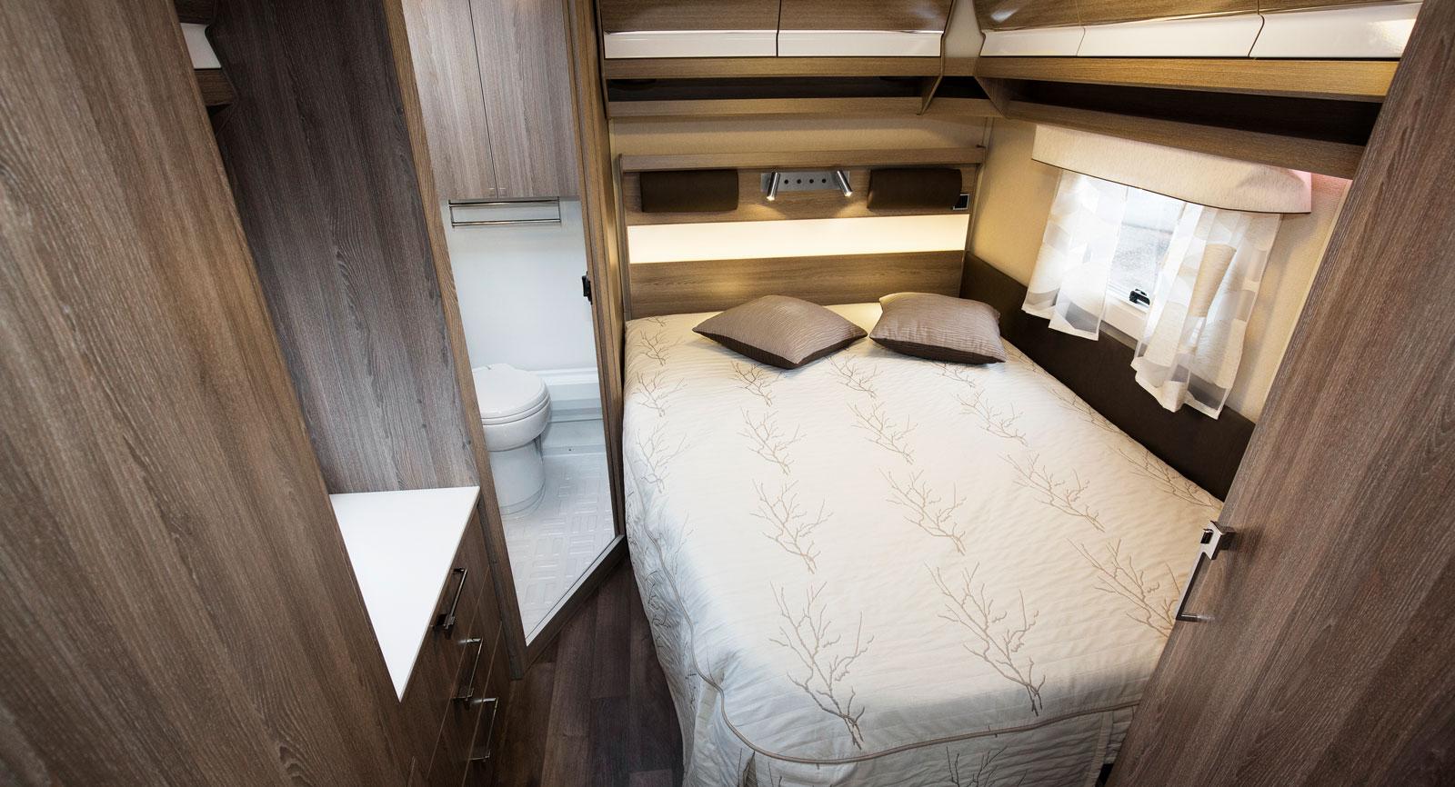 Sovrum. Förutsättningarna är goda för att sova gott här. Däremot smalnar sängen av lite väl tidigt i fotänden vilket är synd.