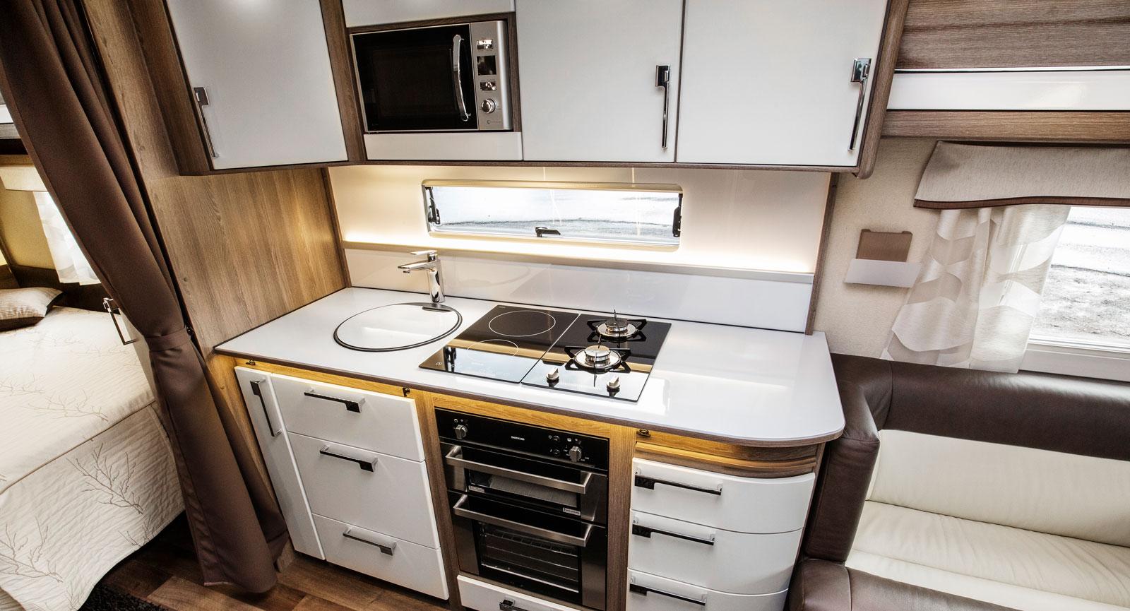 Bra. Köket är välutrustat och arbetsytor finns det gott om. De vita luckorna är ett av få tillval i den testade vagnen. Det finns både ugn och grill som standard.