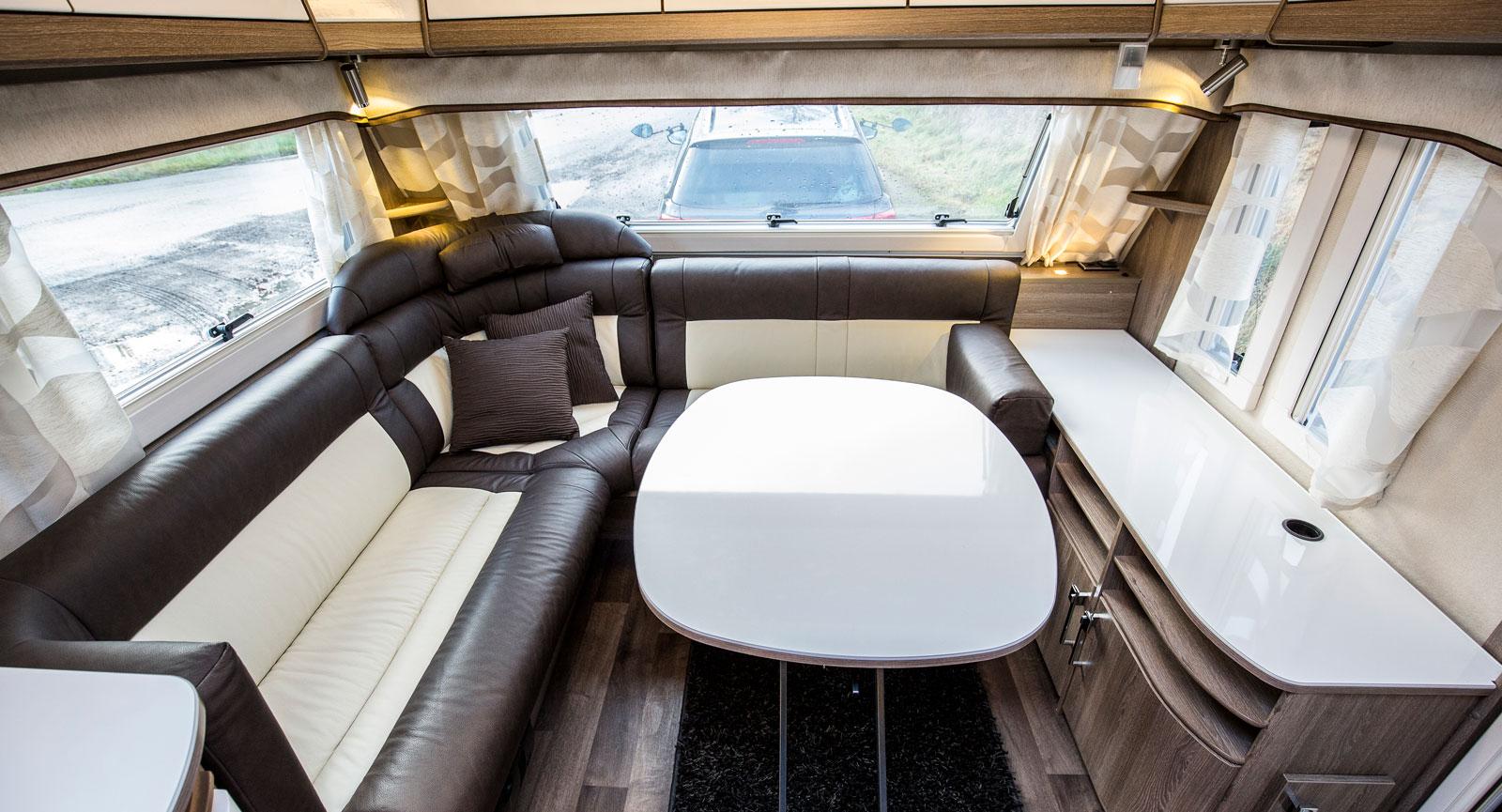 Ljust. Vagnens främre del präglas av de stora fönstren och takluckan som ger ljus och rymd. Ett trevligt vardagsrum.
