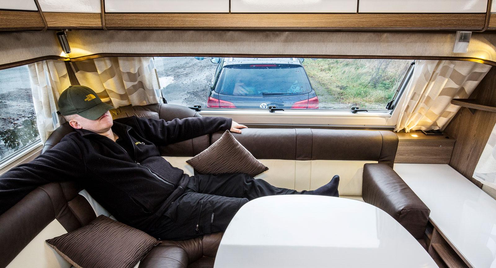 Tupplur. Vagnens skönaste ställe är vänster hörna i den skidklädda sittgruppen. Med vanlig U-soffa finns det en till att välja på.