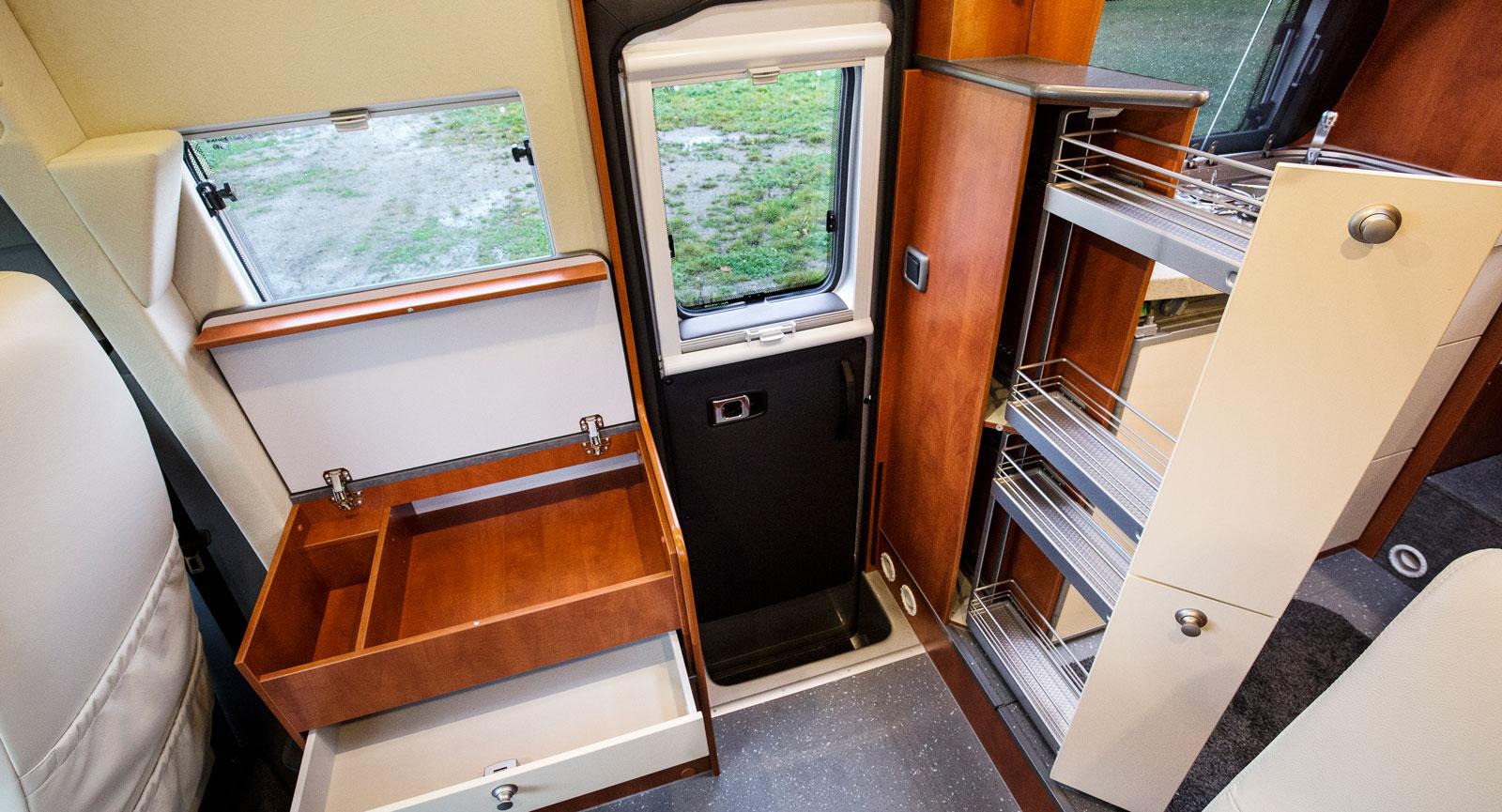 Stuv. Det finns ett apotekarskåp vid köket och ett sideboard med öppningsbart lock och utdragbar låda.  Många små fönster.
