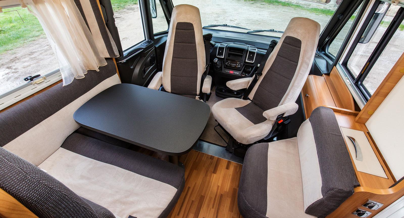 Fullstor. Bilen är kort men med sällskapsutrymmet har det inte kompromissats. Här får fem personer plats runt bordet.