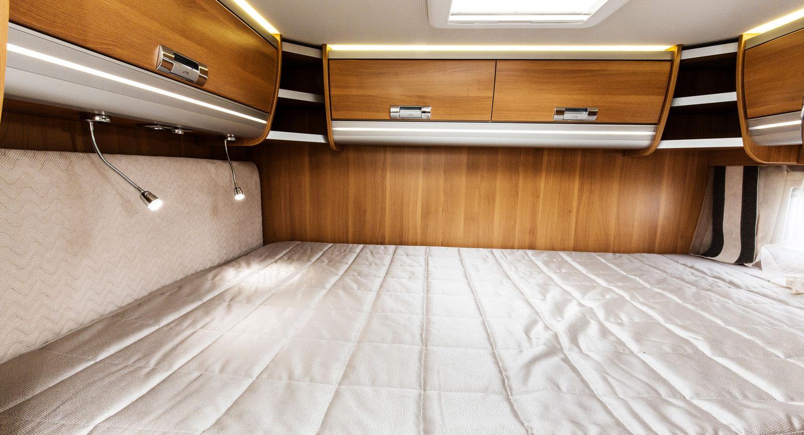 Hissbar. Den bakre sängen kan höjas och sänkas och en säng på tvären ger plats åt annat. Den är däremot krånglig att bädda.