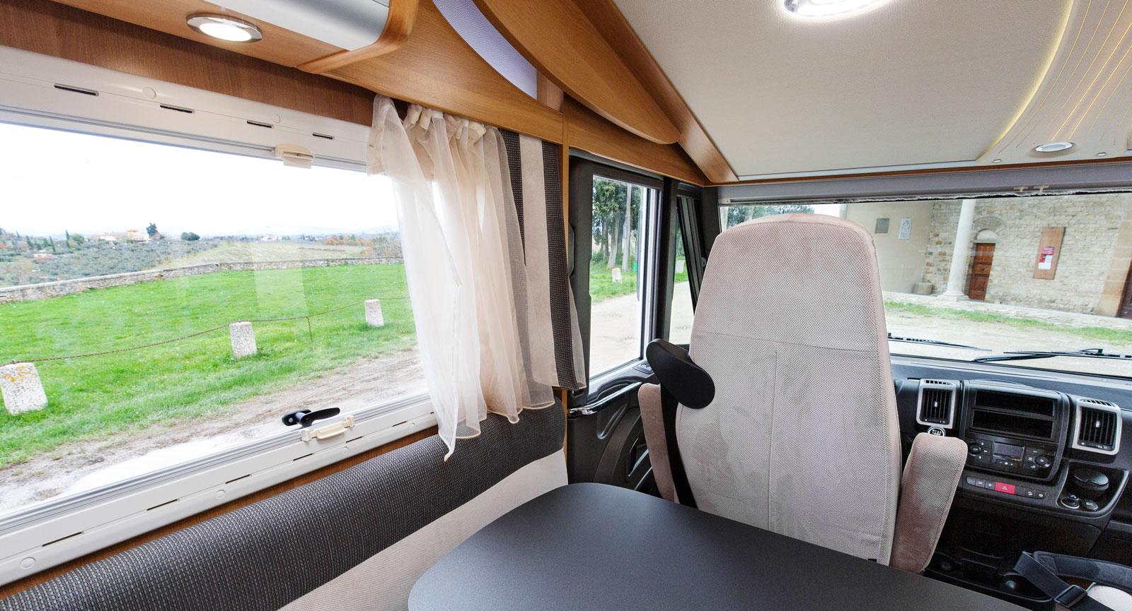Utsikt. Det stora fönstret kommer väl till pass. Tack vare det är utsikten bra från de bakre platserna. Här är bordet framskjutet.