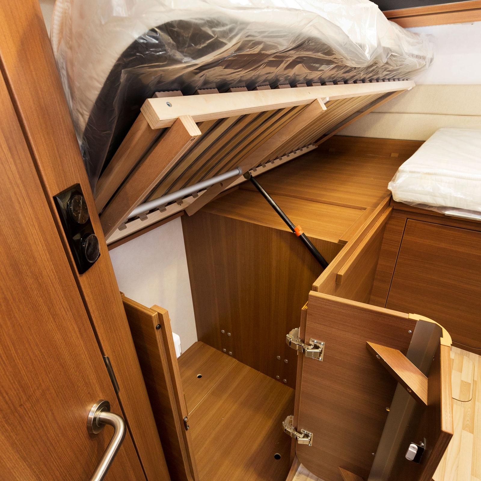 Under. Sängen döljer en smart garderob med hängare.