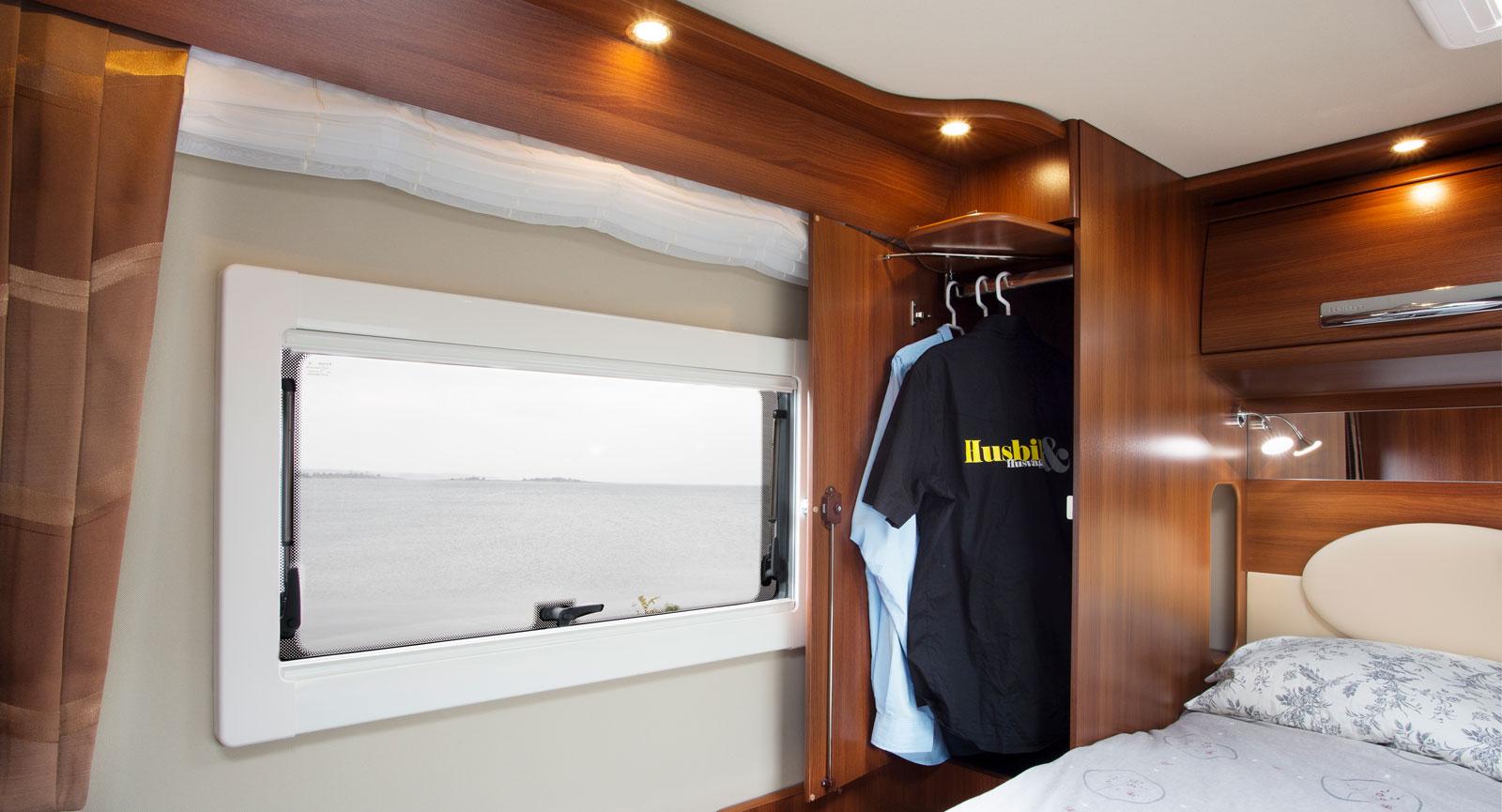 Utsikt. PÅ var sida i sovrummet finns ett fönster och en garderob. För att kunna hänga kläder sjuts klädtången ut en aning.
