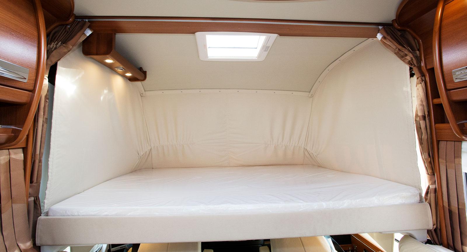 Soffvägen. Över förarplatsen finns en riktigt skön säng. Det behövs ingen stege utan man kliver helt enkelt upp via soffan till höger.