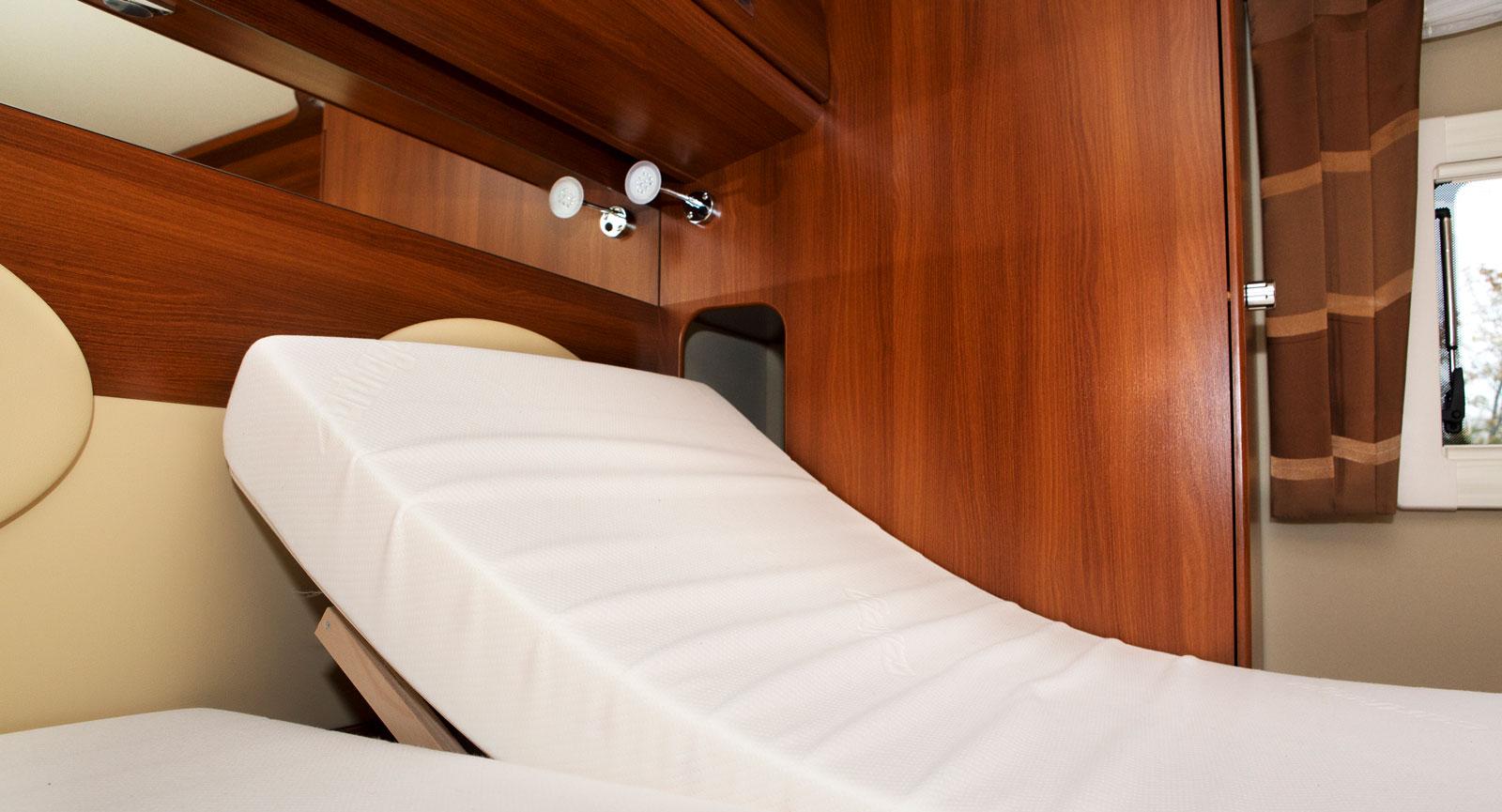 Läs. Sängbotten kan höjas vilket ger skön läsställning.