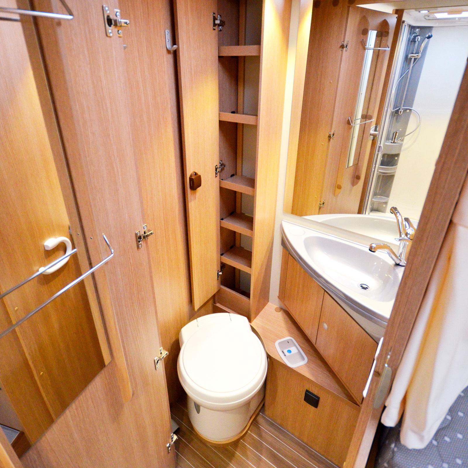 Förvaring. Det är trångt i både dusch och toalettutrymme men båda får sägas vara praktiskt inredda. Bra förvaringsskåp.