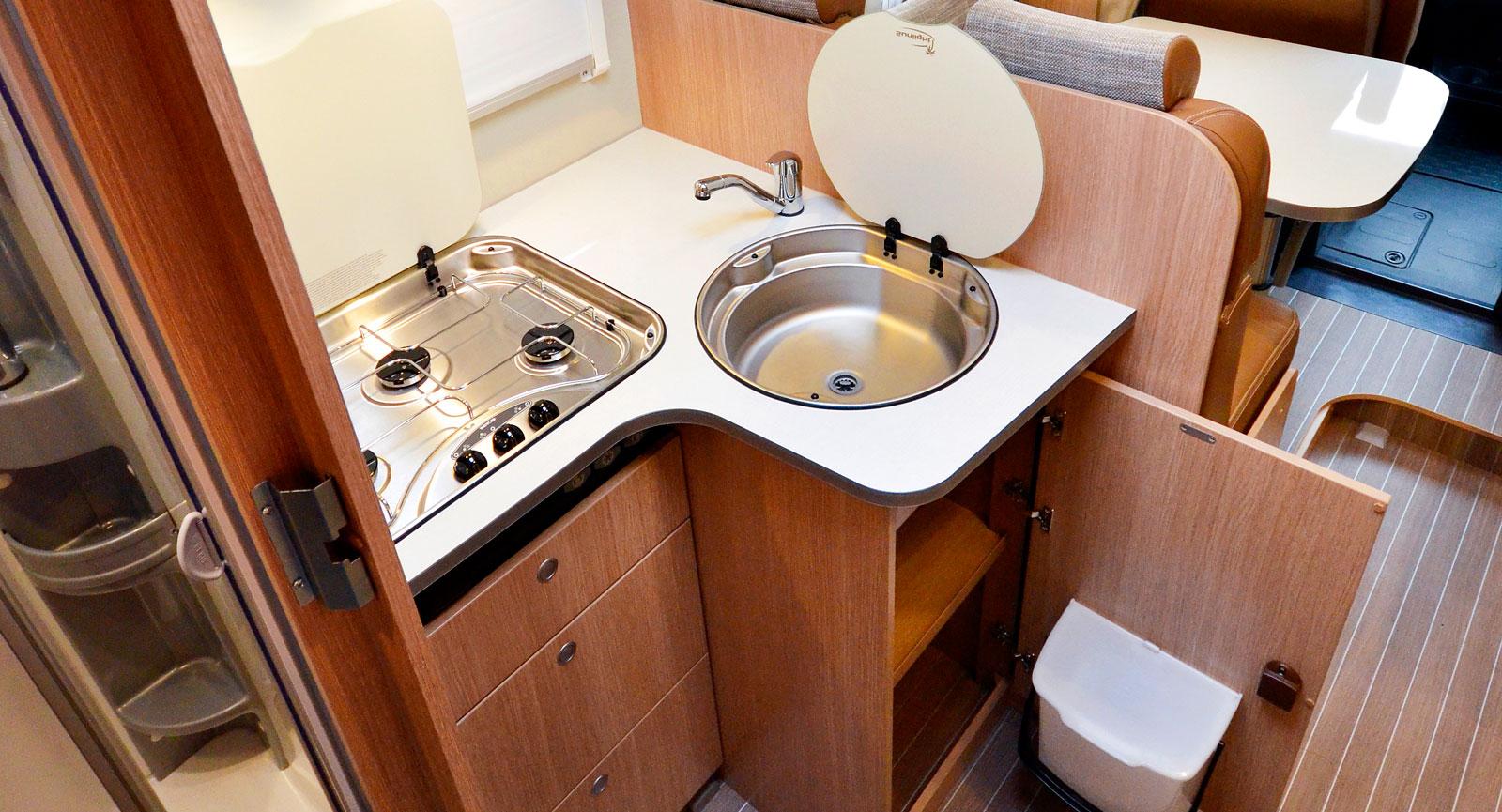 Hörna. Köket är kompakt i hörnet men har sophink och täcklock för spis och diskho. Avrinningsyta för disken saknar vi däremot.