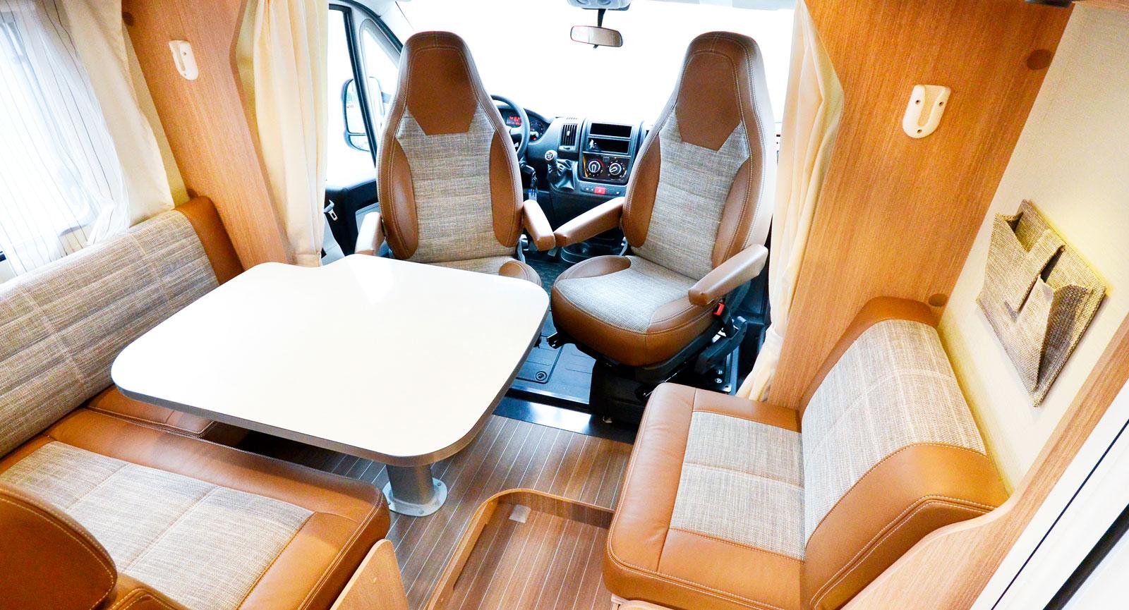 läder. Materialet på kanterna av sätena är äkta läder vilket hör till jubileumspaketet för tioåringen.