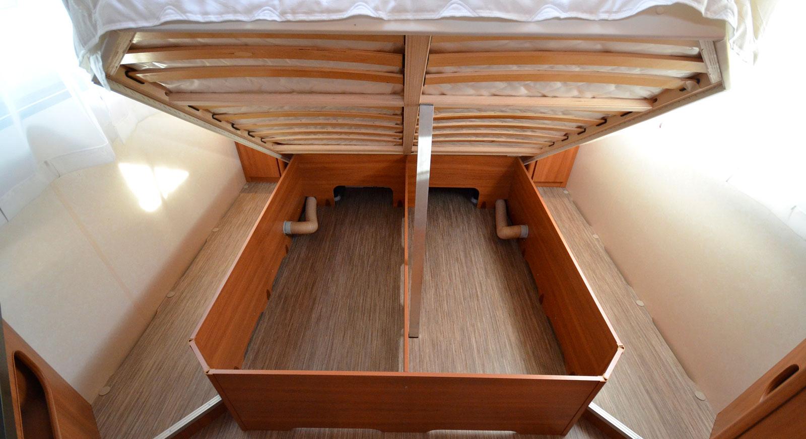 Inomhus. Under dubbelsängen finns ett stort utrymme som däremot inte kan nås åt utifrån på grund av central placering.