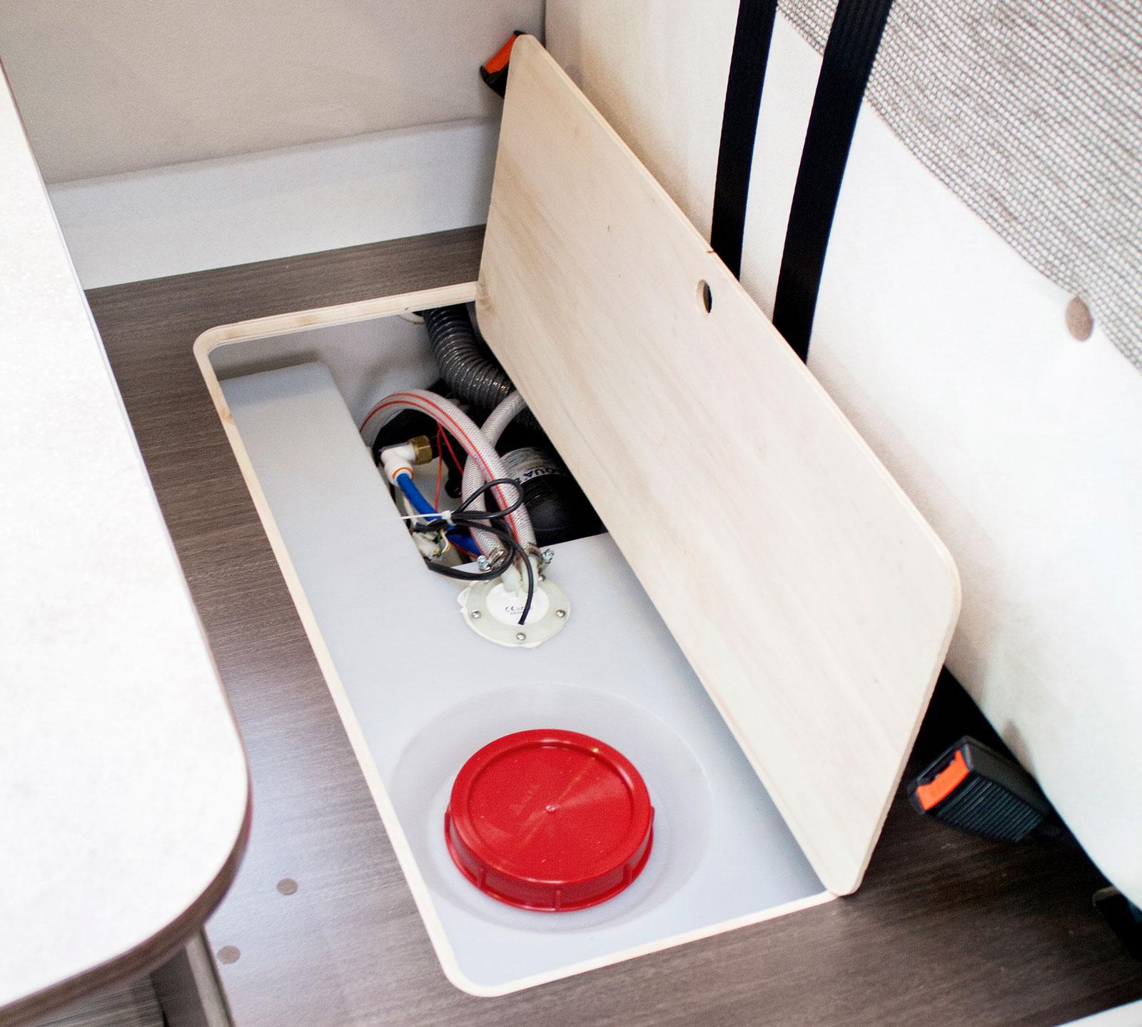 behållare. Färskvattentanken finns under den bakre soffan och rymmer 100 liter.