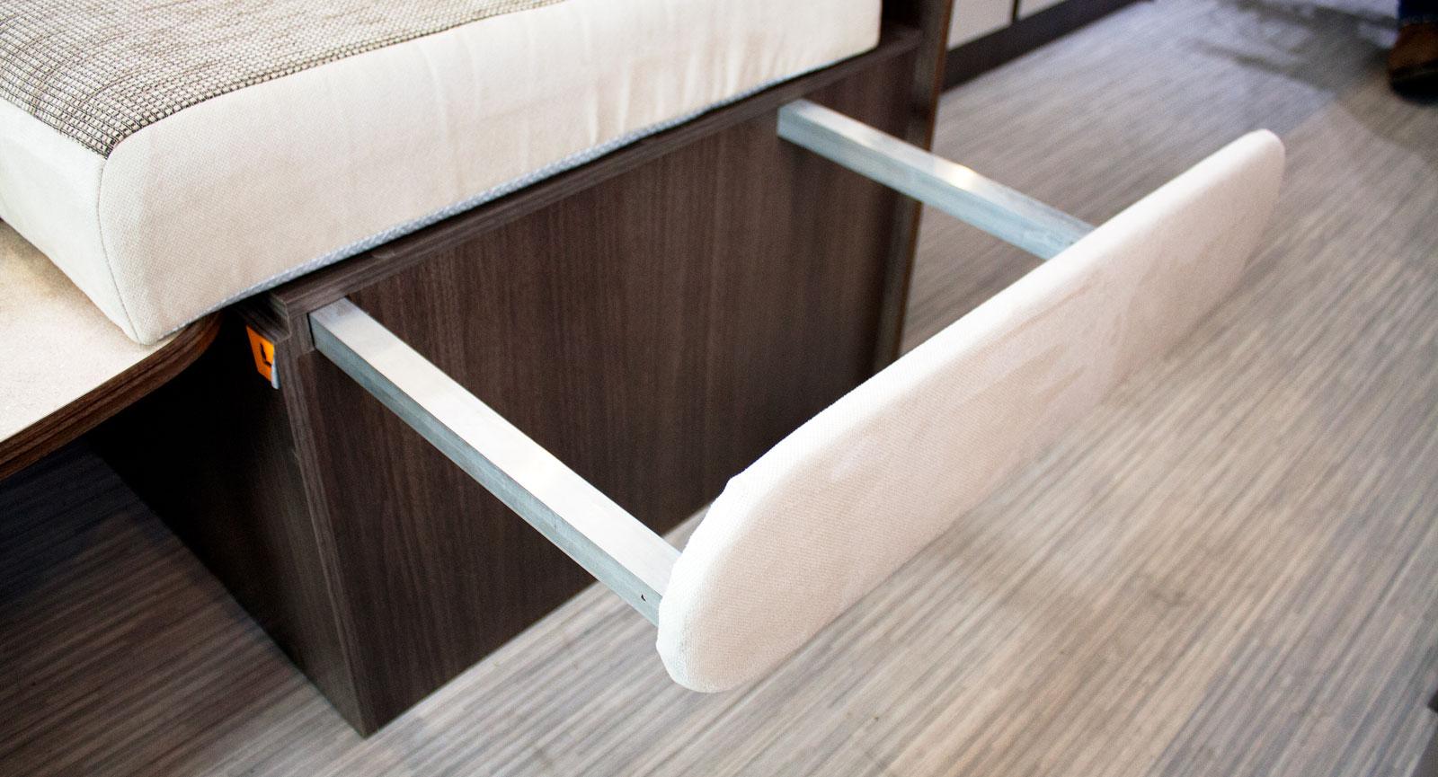 Utdrag. Skenorna som dras ut från soffan var ostadiga när de drogs ut men blev stabilare med madrass på plats.