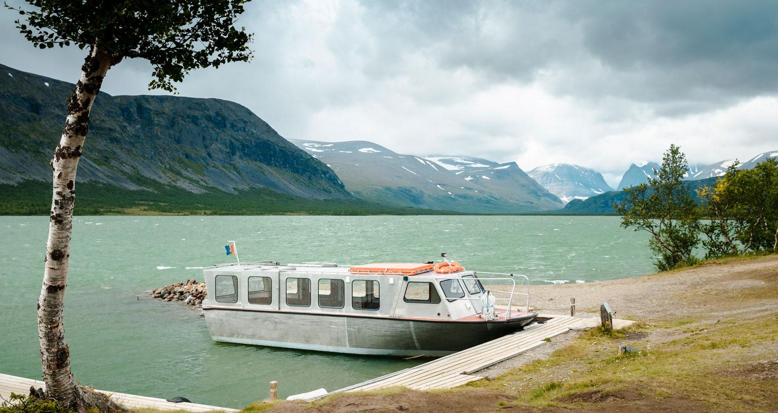 För de som vill finns båttransport för att korta vandringen till Kebnekaises fjällstation.