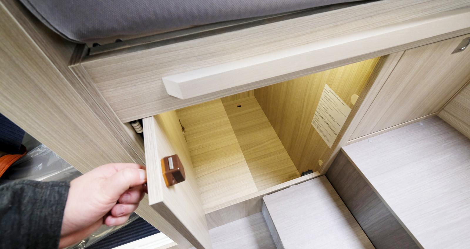 Luckorna till förvaringen under sängen har en finurlig konstruktion som gör att de inte är i vägen i öppet läge utan fälls in i skåpet.