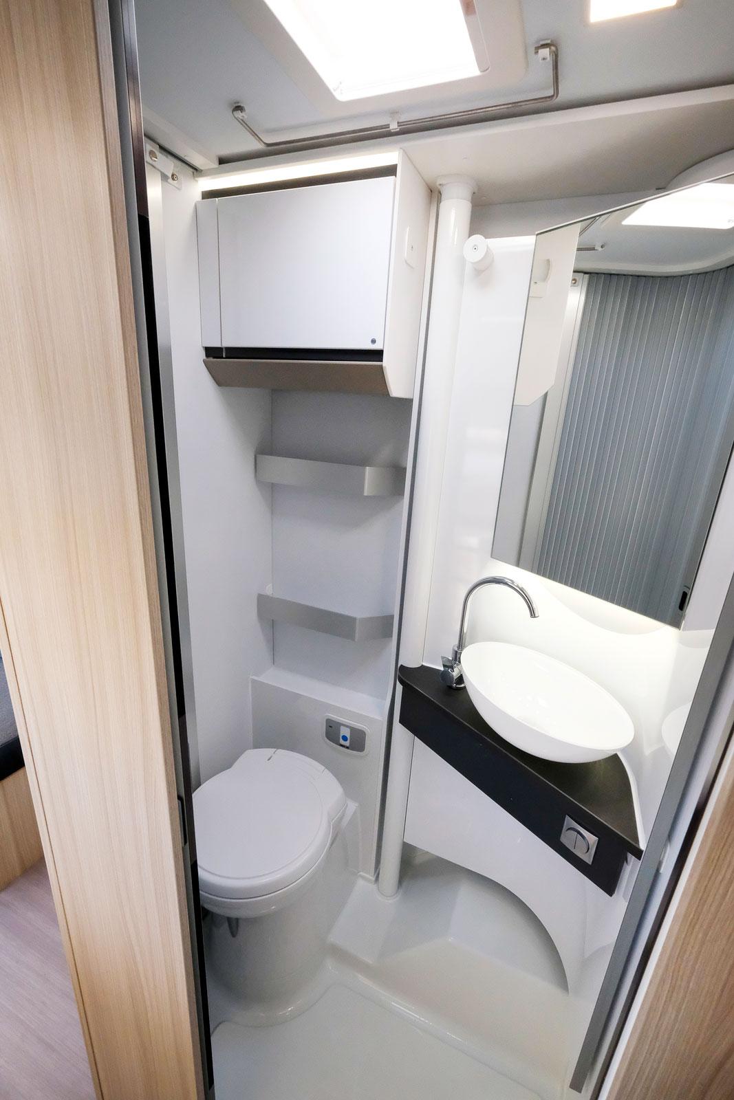Toaletten är smart utformad där handfatet viks undan inför duschning.
