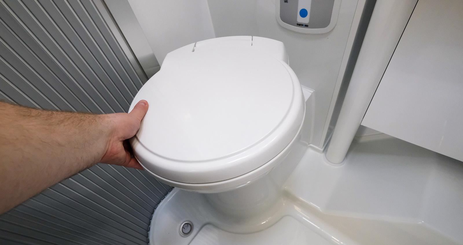 Toalettstolen kan vridas.