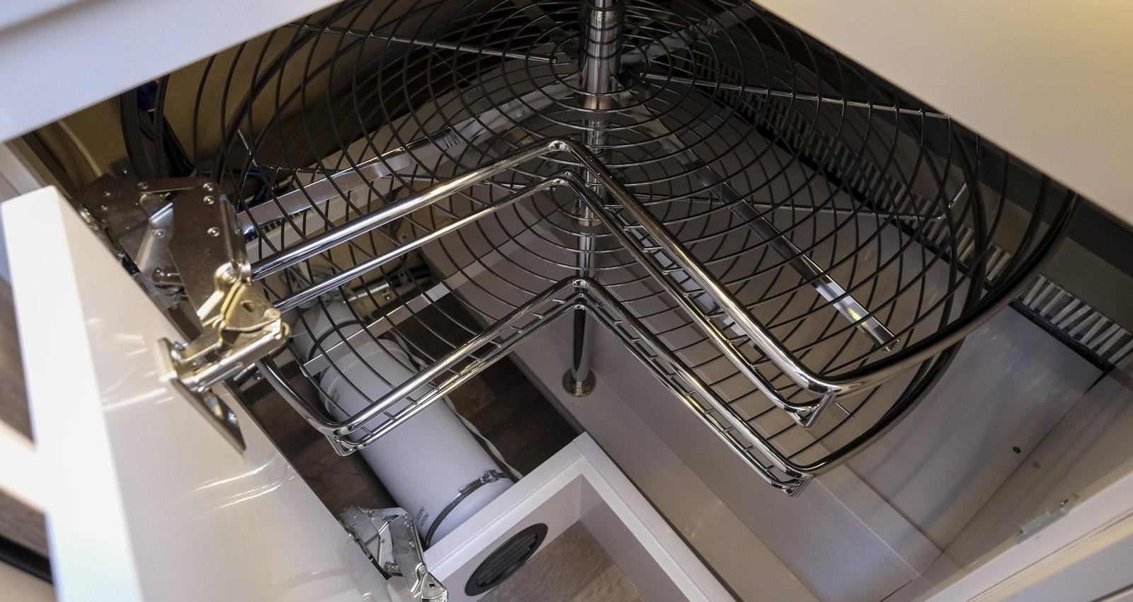 Utsvängbara hyllor i hörnskåpet ger bra förvaring.