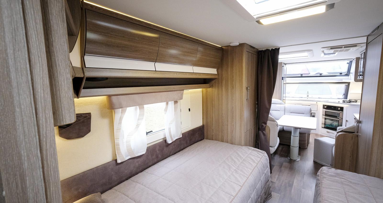 På väggen vid sängens fotända syns Kabes ventilationslucka som ger skönt luftombyte innan det blir dags att krypa till kojs.