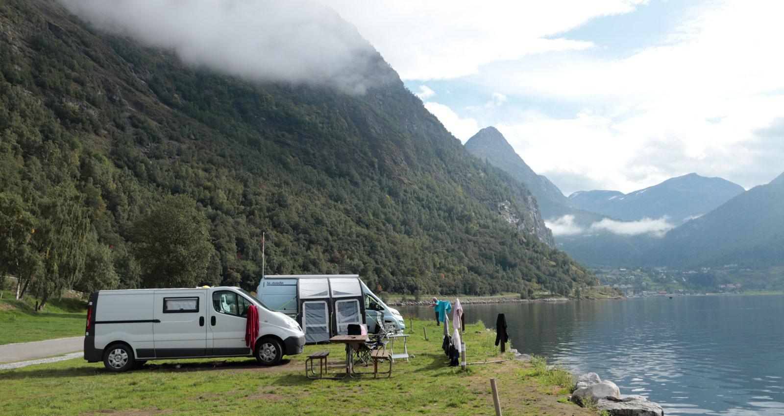 Nere vid Geirangerfjorden finns goda campingmöjligheter för husbilsresenären, med garanterat storslagna vyer.