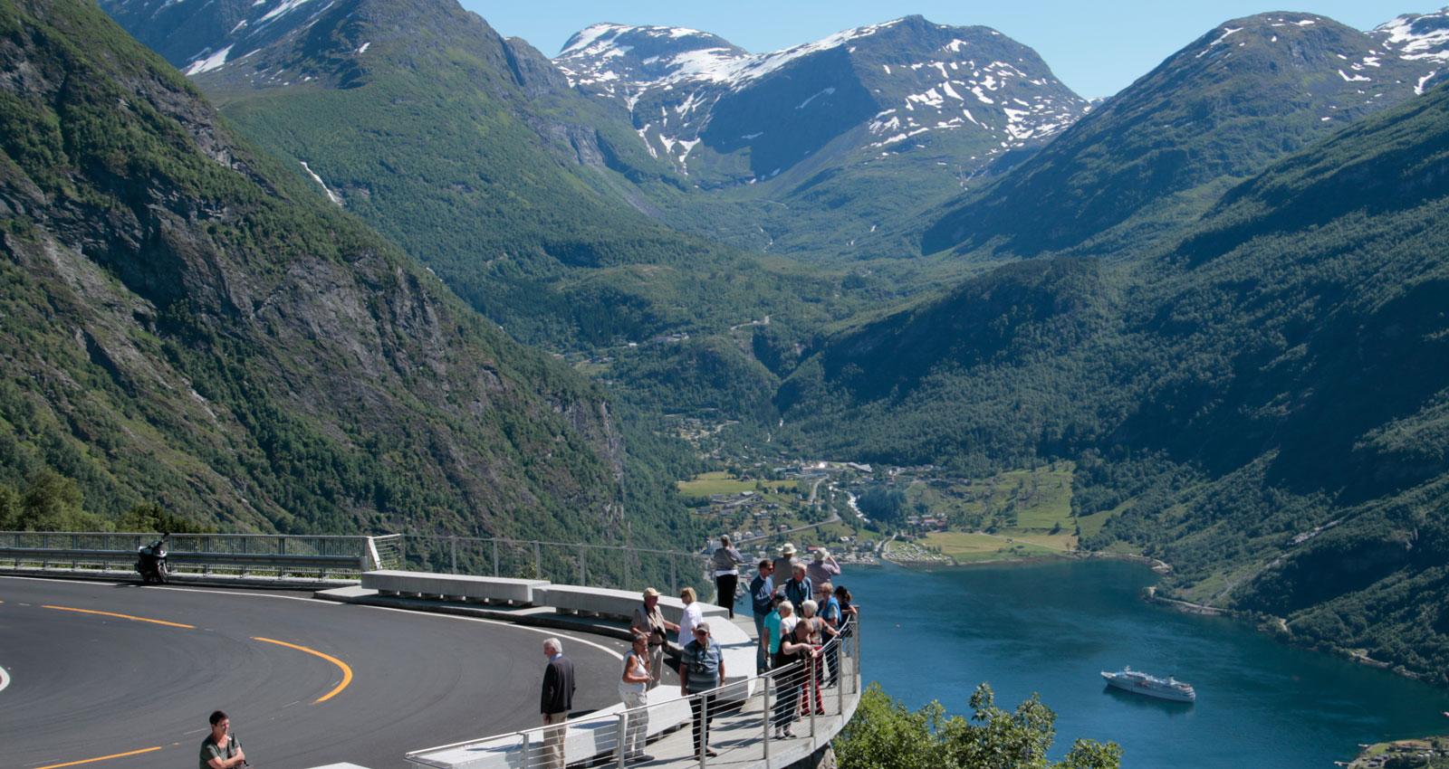 Vid Ørnesvingens slut är det lätt att parkera för att fotografera Geirangerfjorden och kryssningsfartygen.