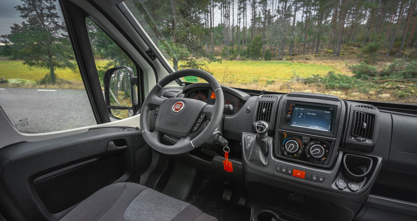 Testbilen har läderratt med kromringar och reglage för radion som i sin tur har touchskärm.