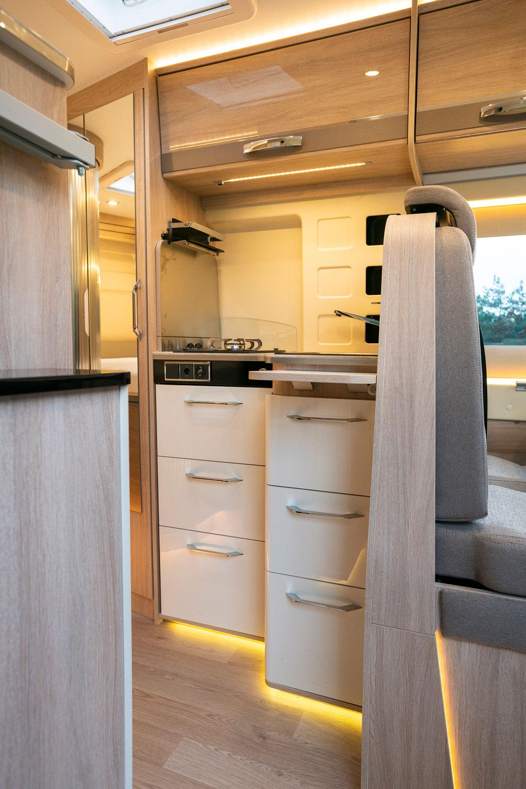 Vinkelkök med sex lådor plus ett överskåp men ingen fläkt och inget fönster.