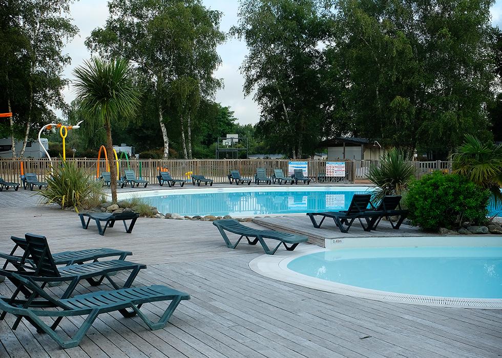 Två pooler, varav en är okej för barn att leka i.