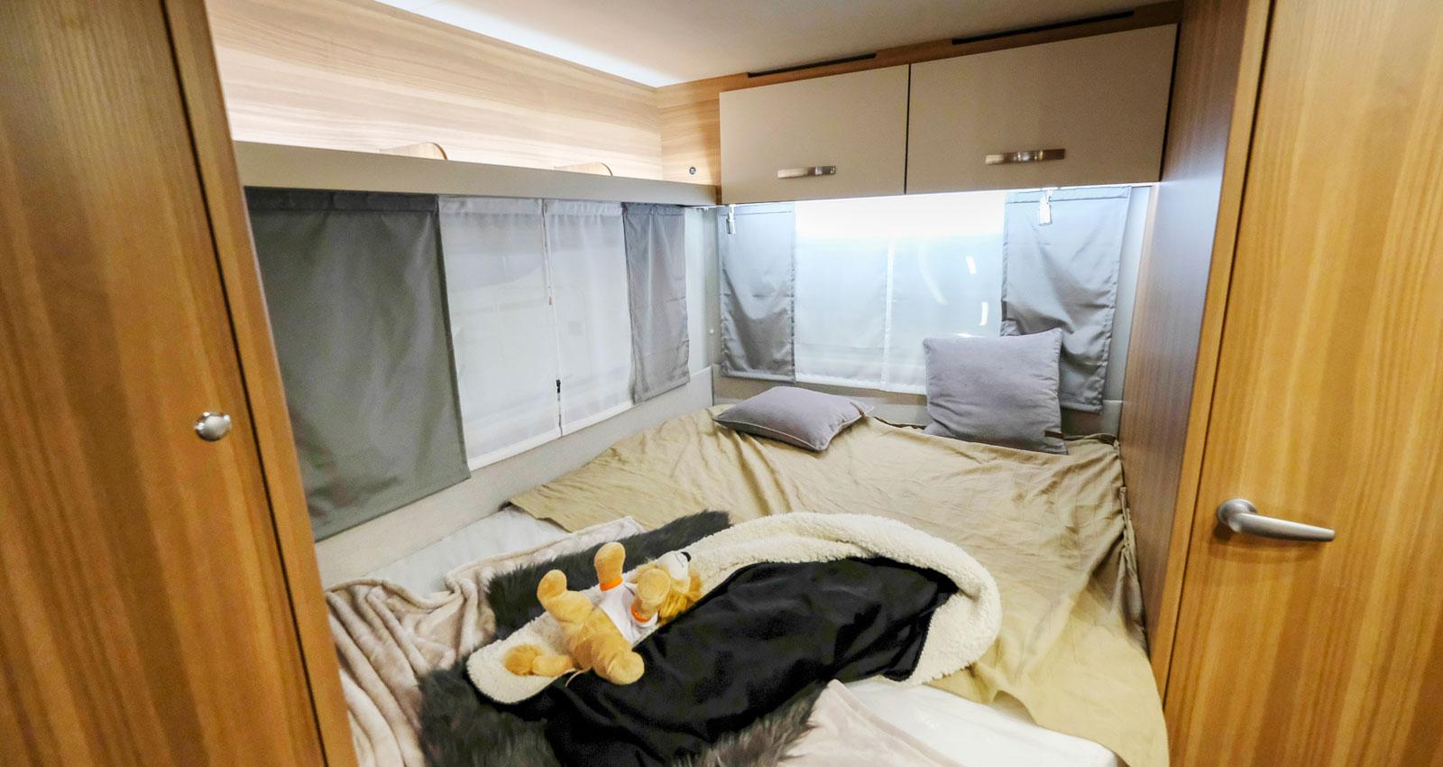 Längst bak finns en fransk säng och även garderober och toalett.