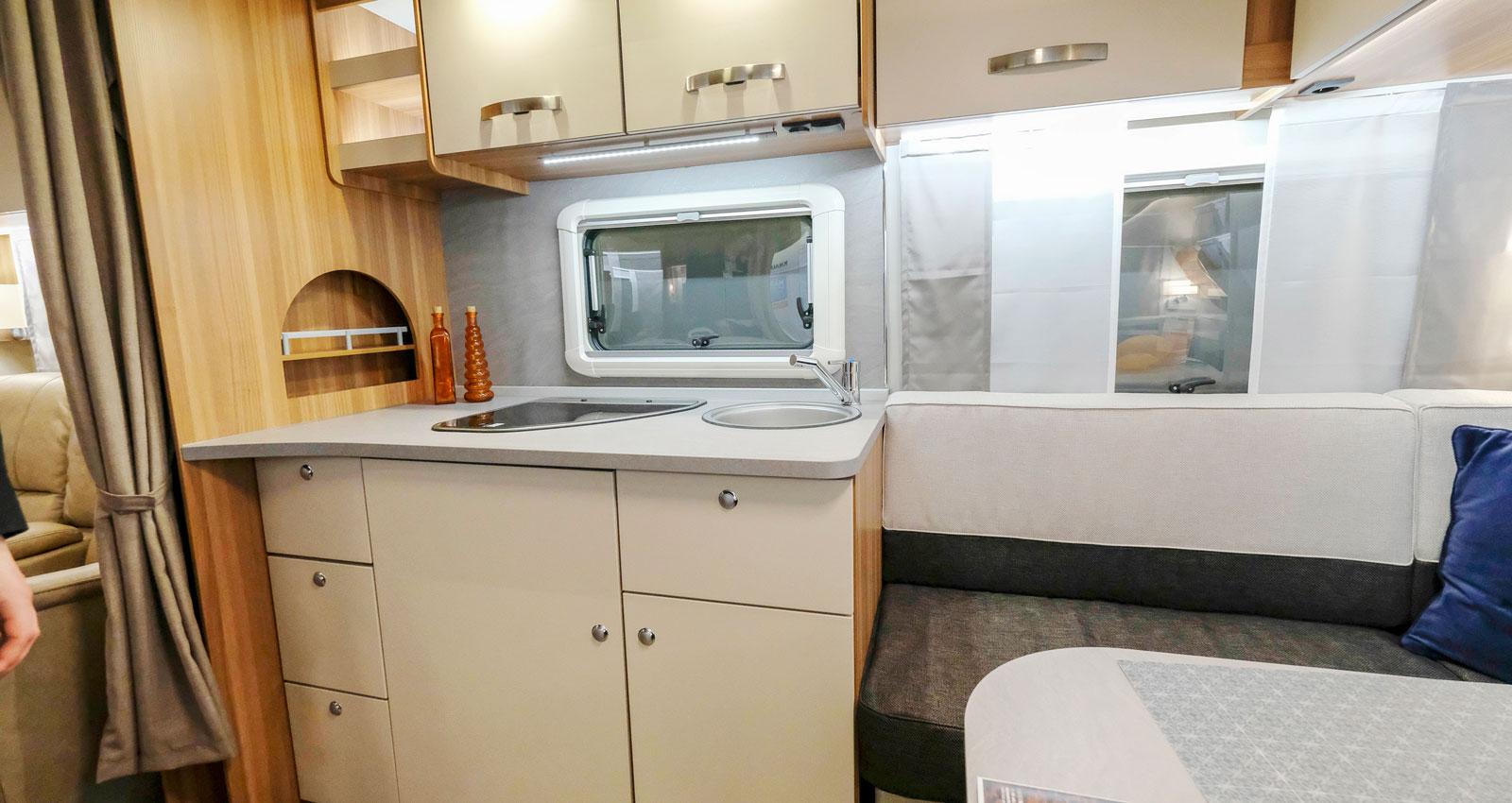 Köket är inte stort men fullt tillräckligt ändå. Denna vagn är speciell med sin stora sällskapsdel som breder ut sig mitt i vagnen.