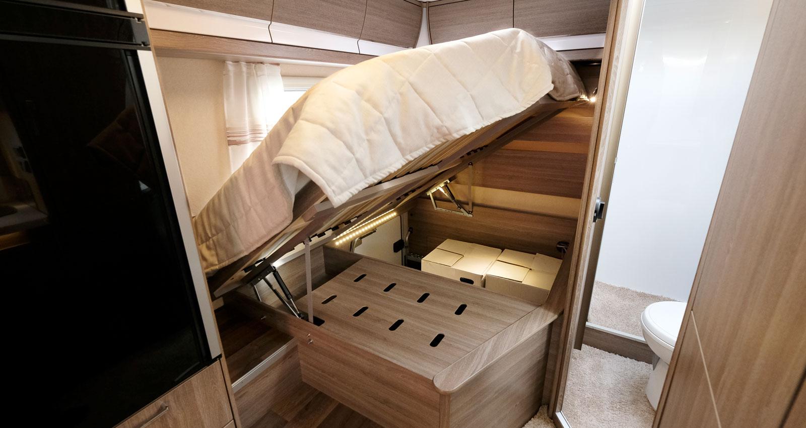 Under sängen finns gott om förvaring. Under den håliga skivan finns bilens elcentral.