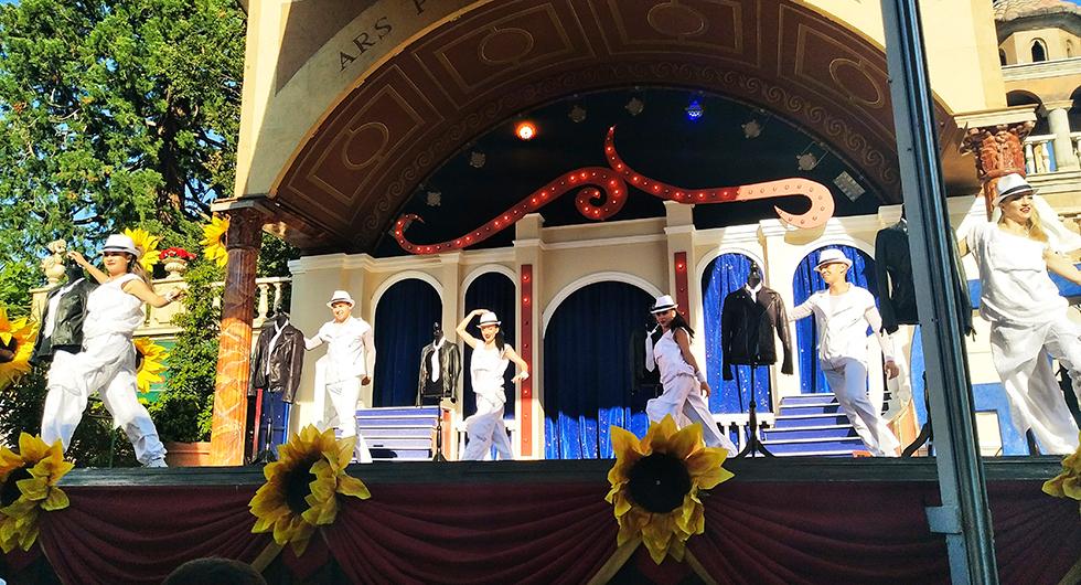 Stängningsdags och parkens artister bjuder på dans och sång vid utgången.