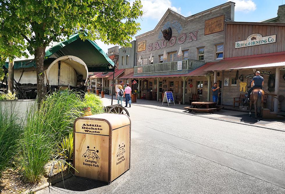 Westerngatan är campingens huvudstråk och här finns servicehus, restauranger och varuautomater med allsköns produkter.