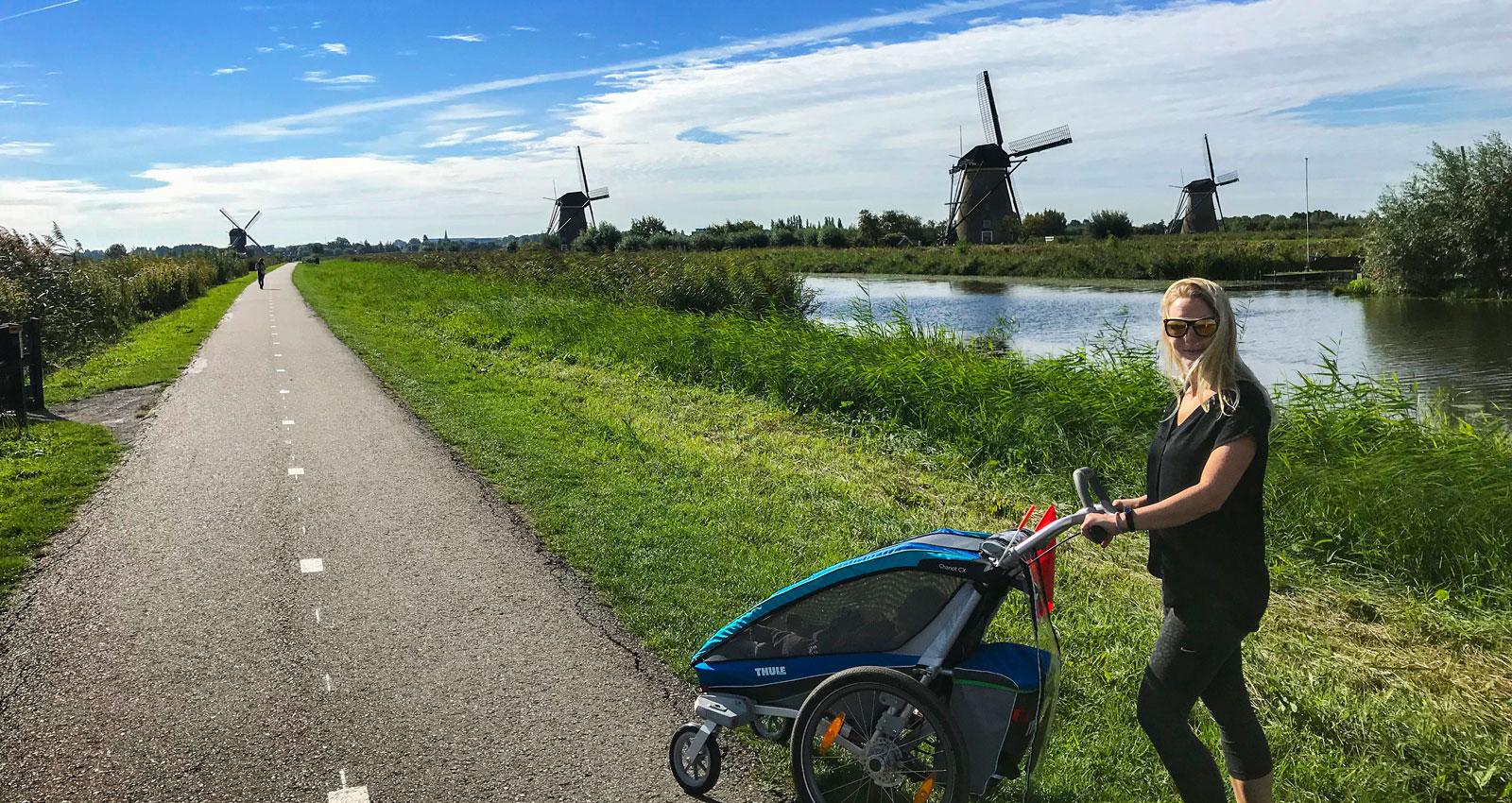 Gåvagn, cykelvagn, springvagn. Kärt barn har många namn. Kinderdijk, Holland.