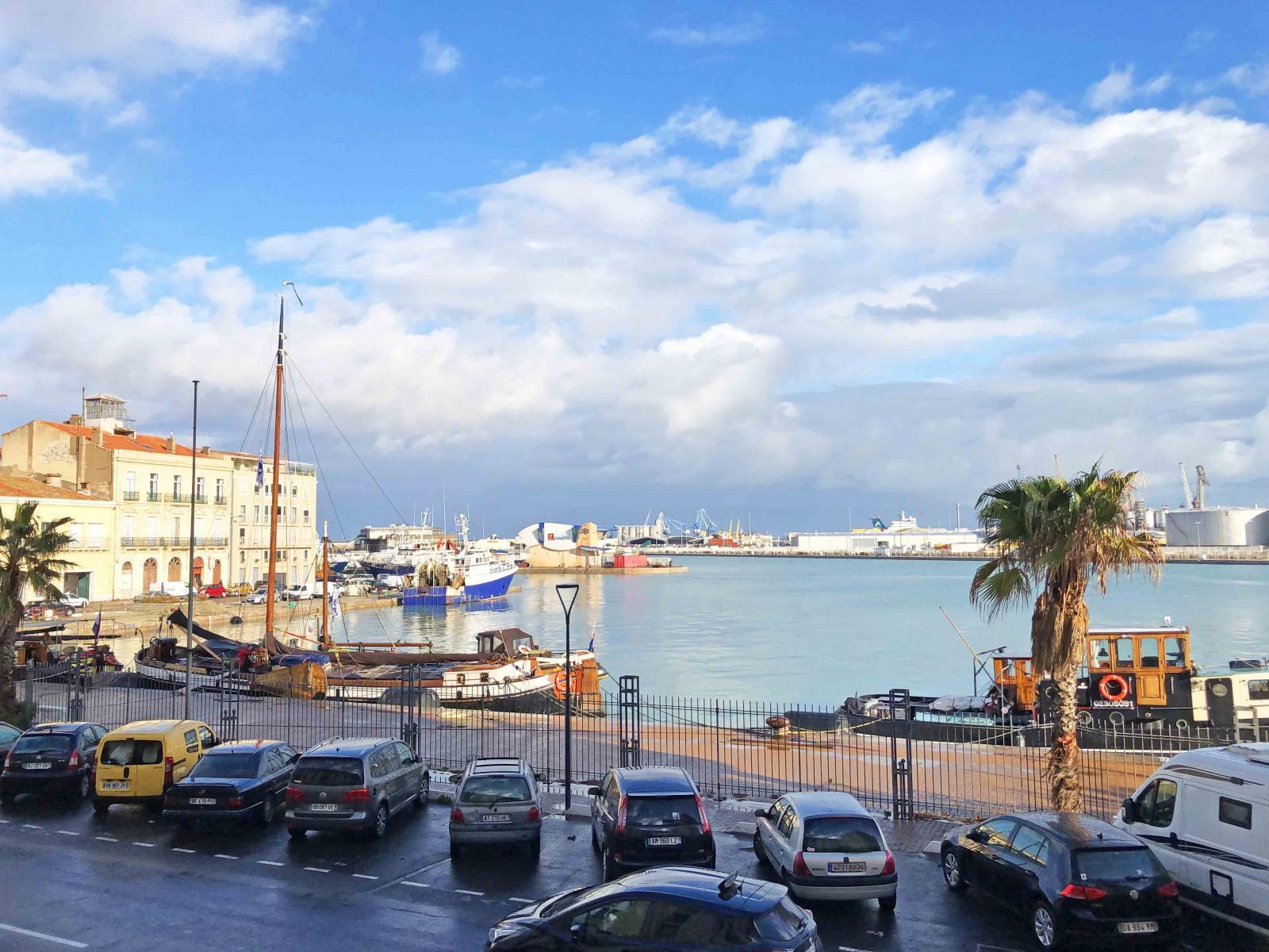 Franska Sète har en viktig fiskehamn. Nu ligger båtarna i hamn tills vidare. Bilden tagen efter att utegångsförbudet trädde i kraft.