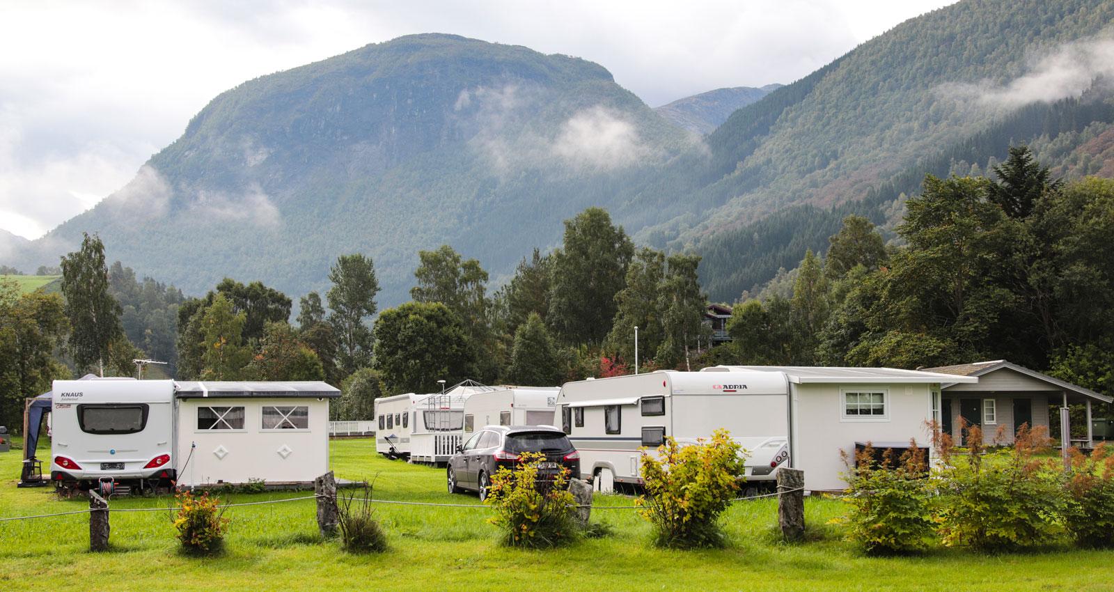 Campingen i Norddal ligger vid Storelva, med bergen som närmsta granne.