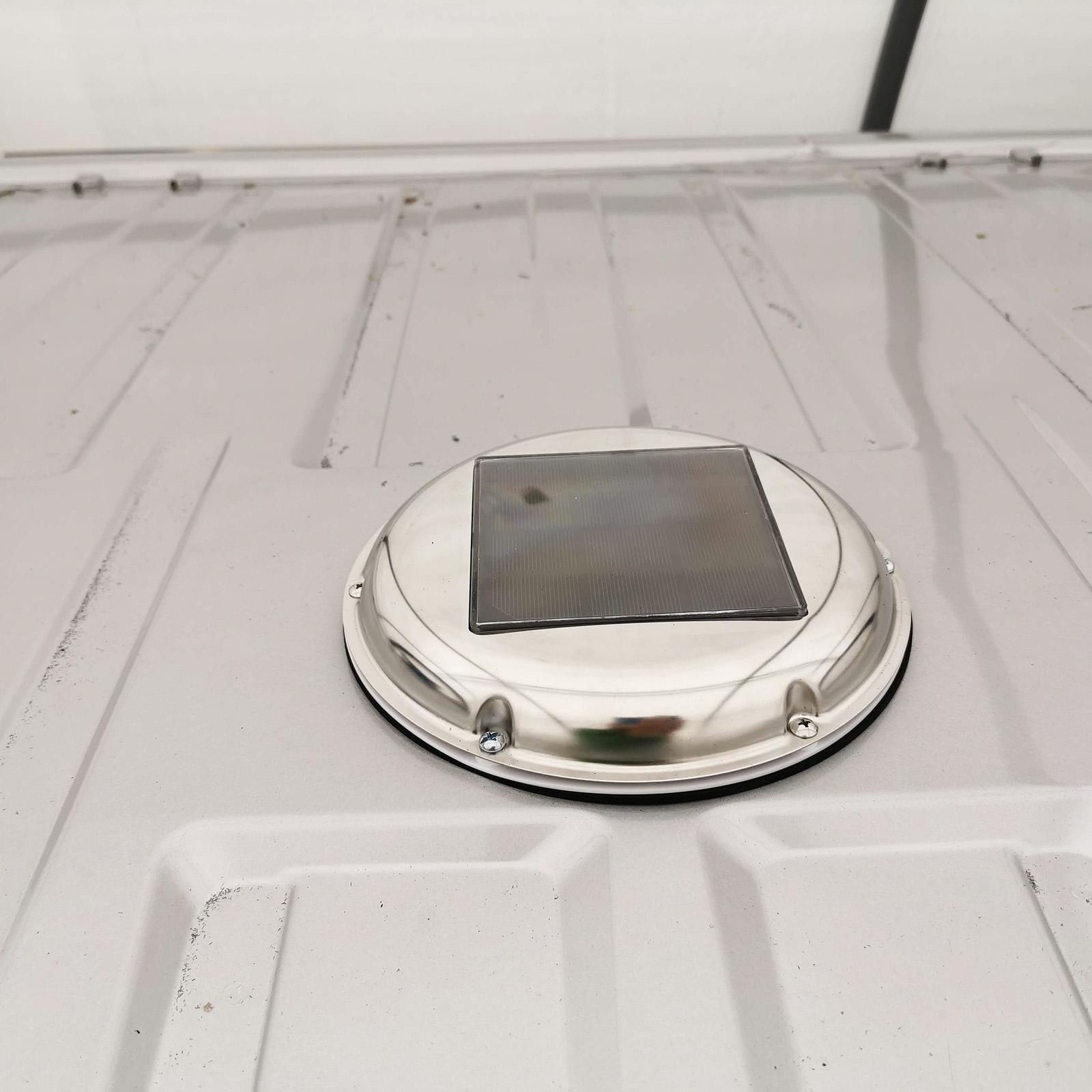 Solcellen laddar batteriet som sitter i takventilen. Ventilen har inställningar för luft in/ut samt två hastigheter. Den är i det närmaste ljudlös. En nackdel är att det är lätt att glömma den påslagen och därmed kräma ur batteriet om det inte är soligt ute.