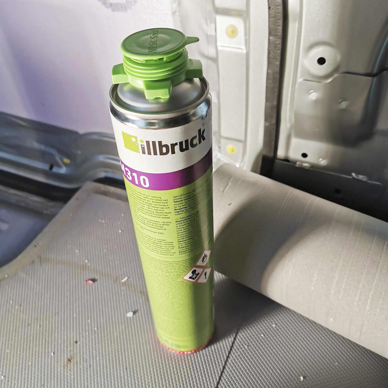 Fogskum testades i några tvärbalkar högre upp i karossen. Lite dyrare men en flaska räckte för att fylla ut två potentiella köldbryggor. Tänk på att inte fylla igen dräneringsutrymmen i botten på bilens sparklådor.
