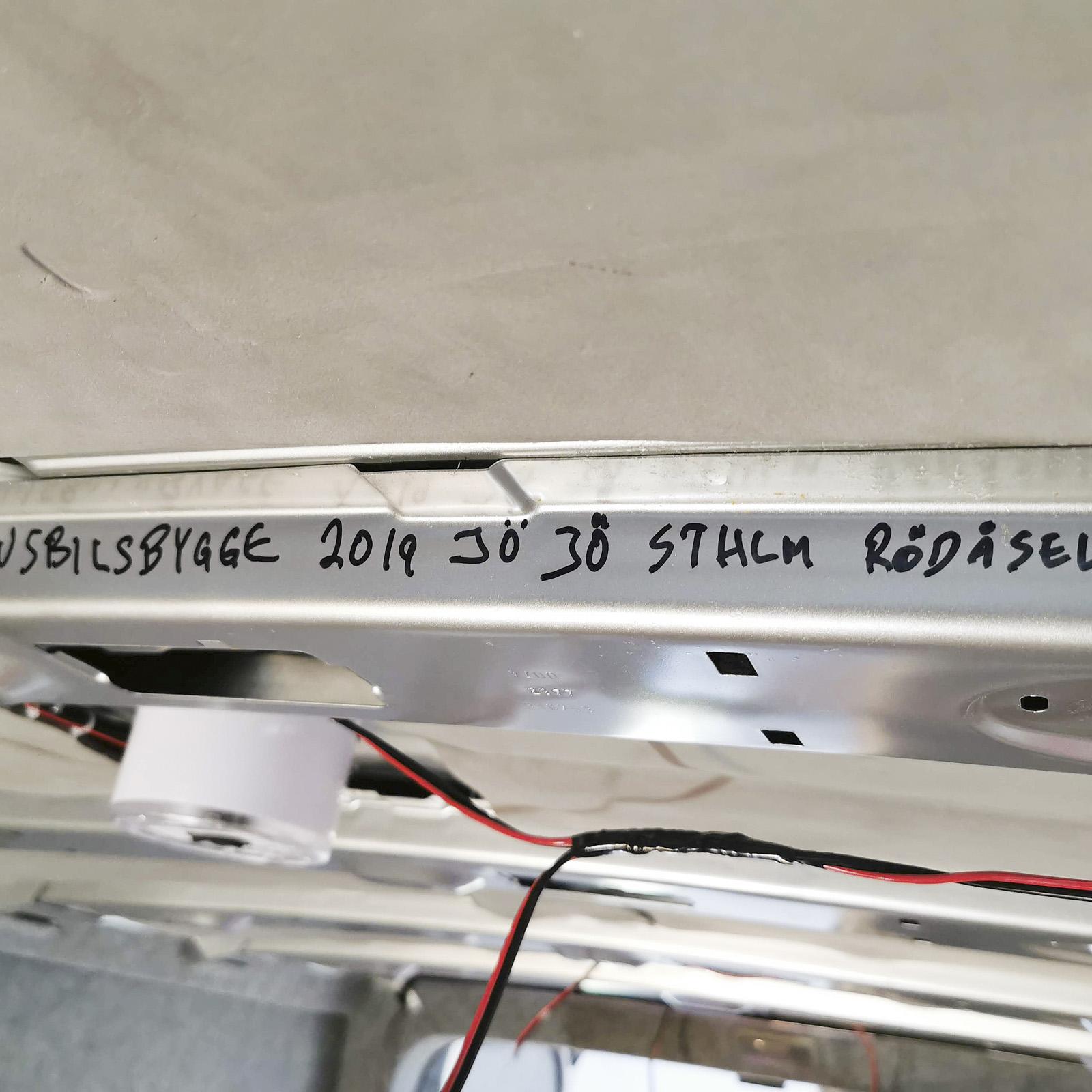 Signatur till framtida arkeologer som  penslar fram det märkliga fordonet VanCave. I nästa nummer av Husbil & Husvagn kan du läsa fortsättningen när vi tar oss an saker som golv, tak och väggar. Lite mer el-prylar ska förstås in också...