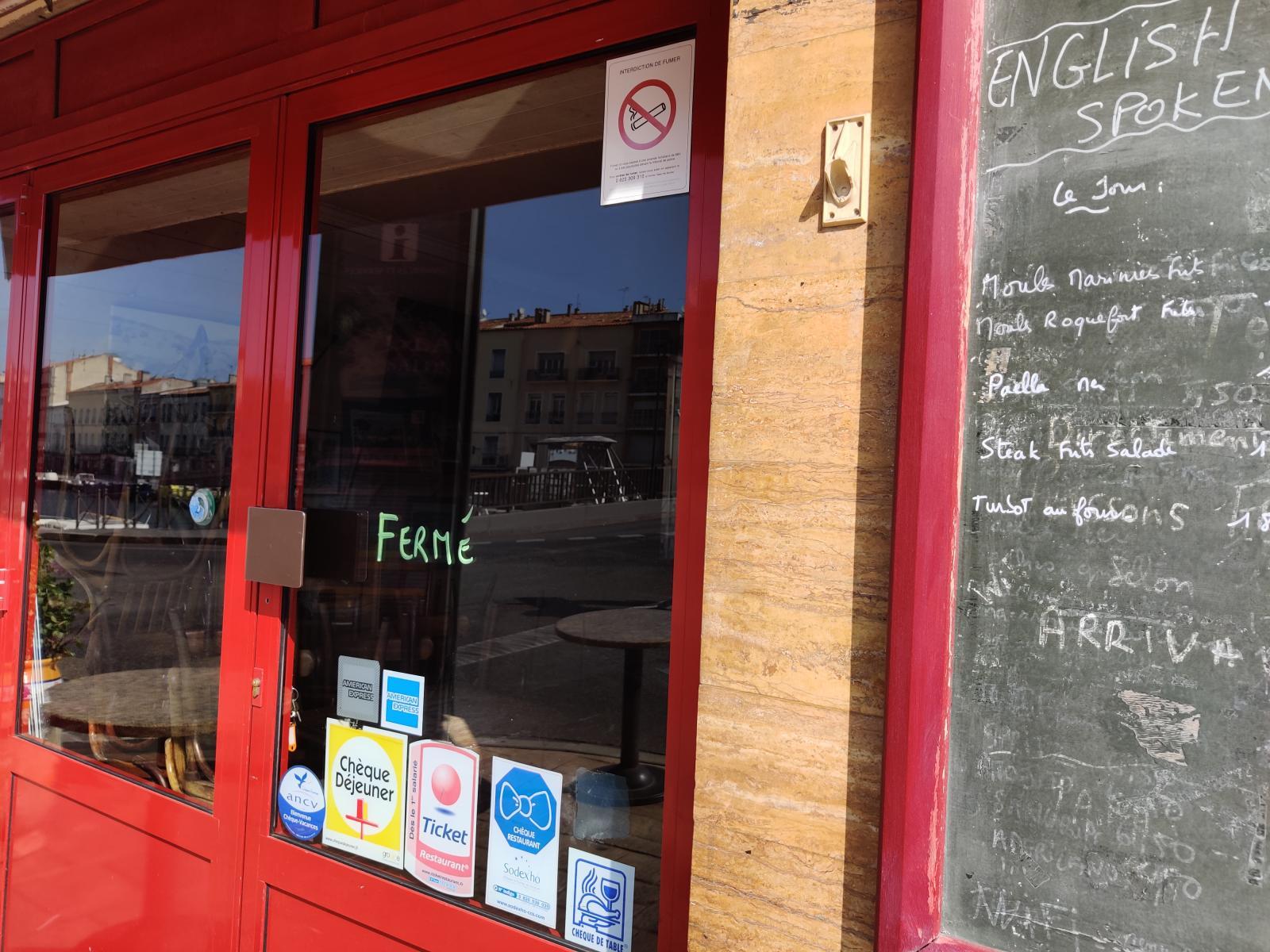 En vanlig solig dag som denna är serveringarna utmed kanalen i Sète fullpackade. Nu är de stängda!