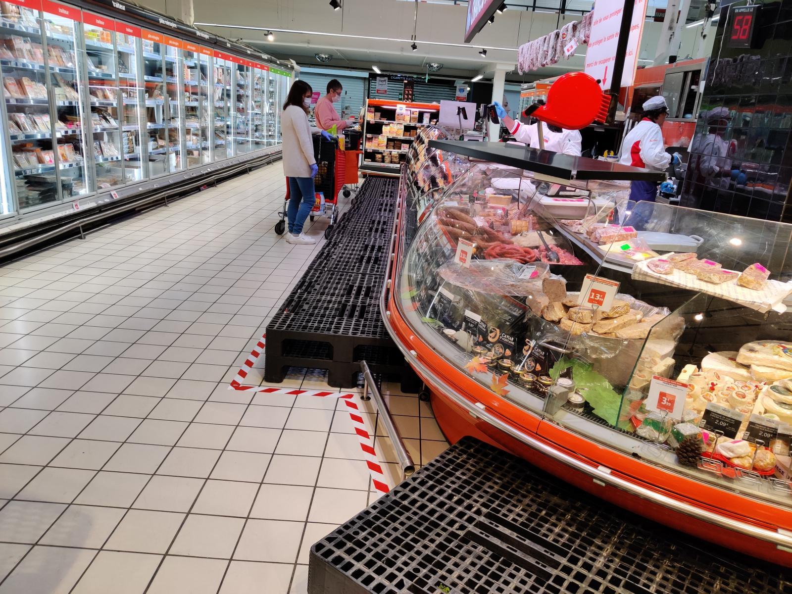 Det saknas inte läckerheter i de franska stormarknaderna och det tillåts inte bli någon trängsel framför diskarna.