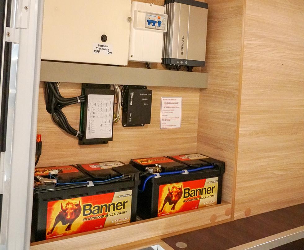Elcentral i garaget med säkringar och dubbla bodelsbatterier.