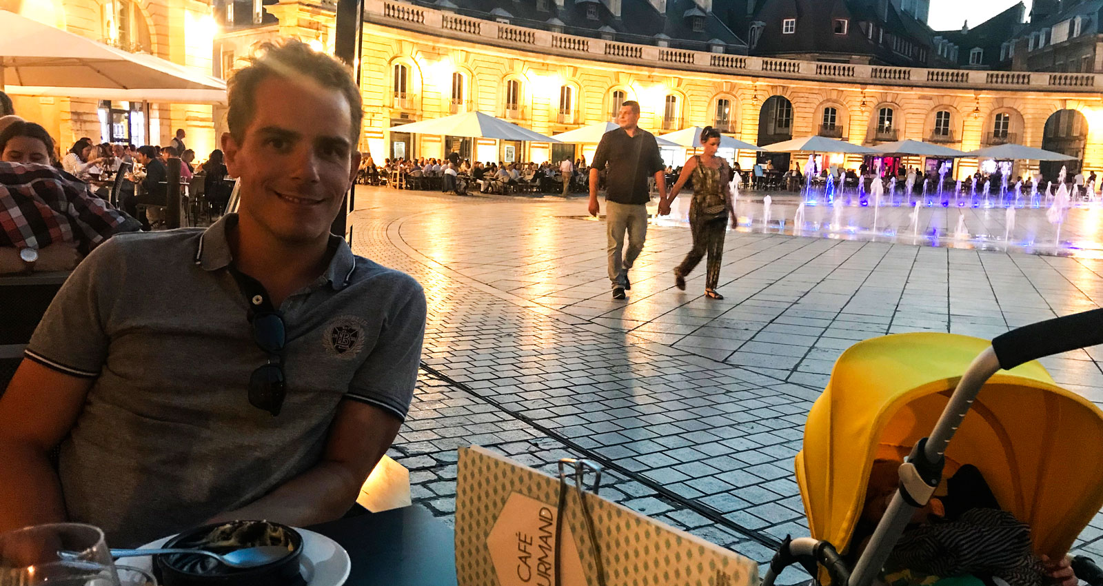 Middag i lugn och ro kan man få om man äter när bebisen somnat. Dijon, Frankrike.