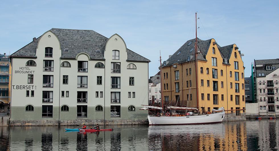 Att paddla genom Brosundet i Ålesund ger mersmak.