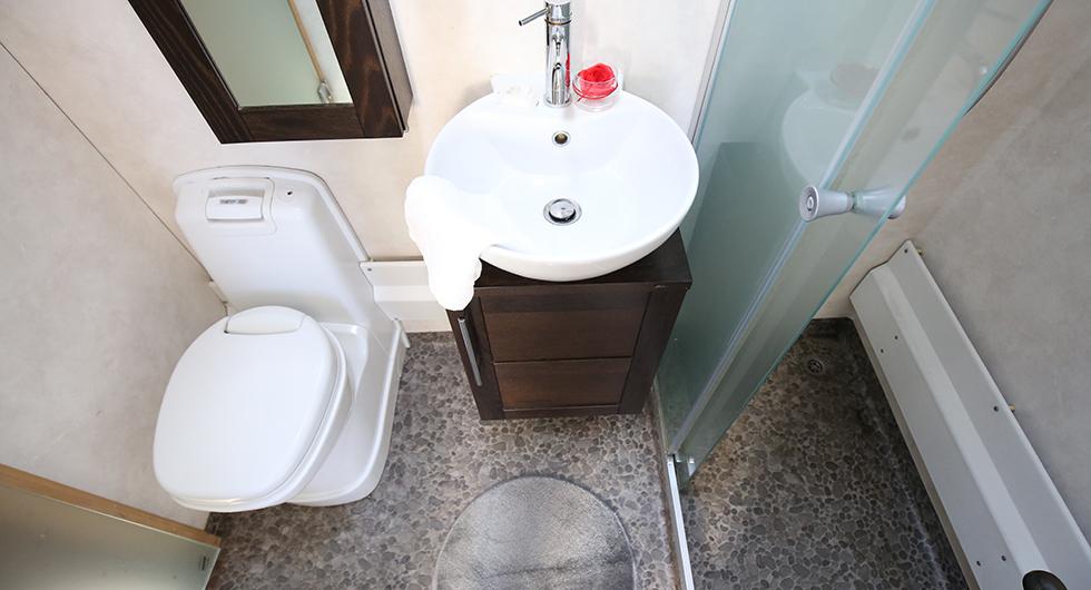 Hygienutrymmet består av tre små rum: Dusch, toalett och bastu.