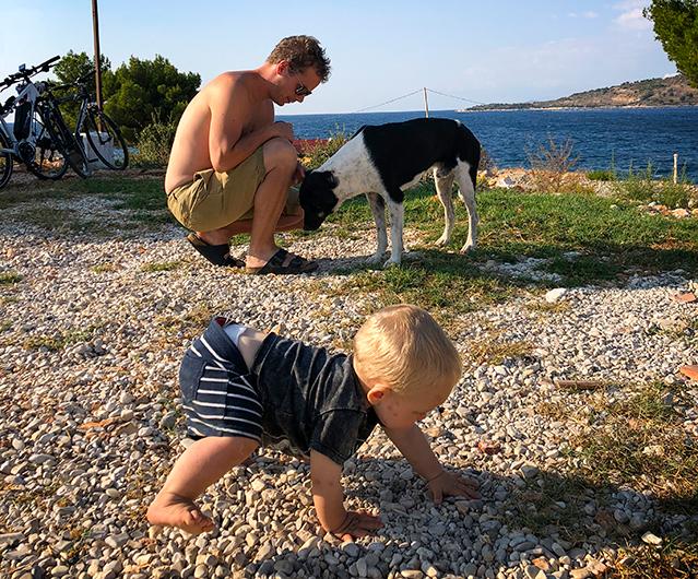 Umgås man mycket med hundar så börjar man tillslut gå som en. Här med en av vildhundarna i Ksamil, Albanien.