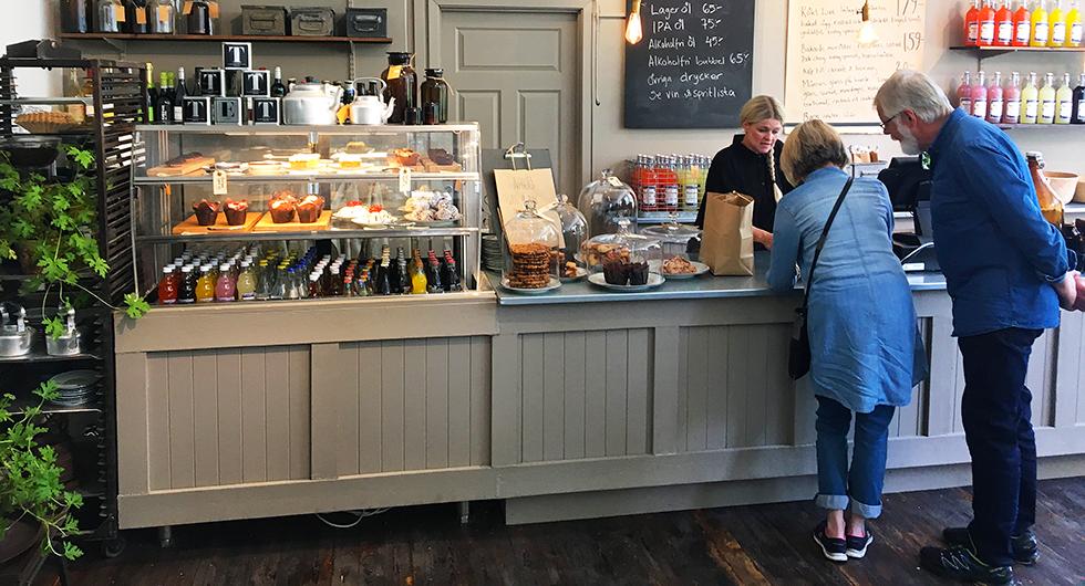 I kaféet finns både goda bakverk och matiga rätter.