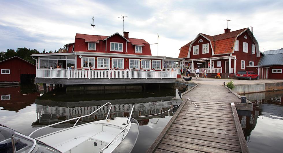 Havsnära fiskrestaurangen Albertina med hantverksboden Albert mittemot.